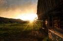 Ein uriger Stadl in Itter bei Sonnenuntergang