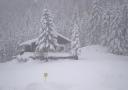 Verschneite Hütte auf der kleinen Salve