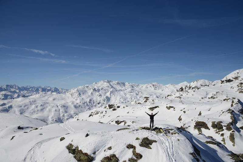 extreme Fernsicht am Gipfel - im Hintergrund das Skigebiet Verlos