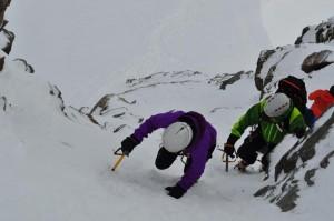 Über die  steile Ostflanke auf den Gipfel. Pickel und Steigeisen sind empfehlenswert.