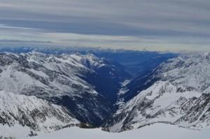 Ausblick vom Gipfel auf das Stubaital und den Sulzenauferner.