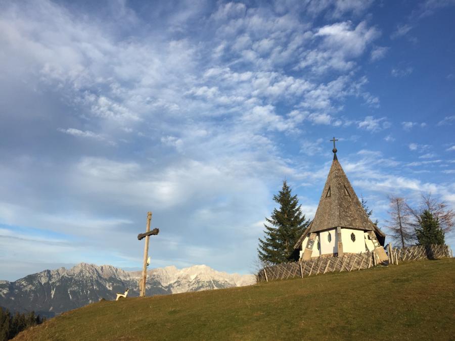 Kapelle auf der Kraftalm in der letzten Abendsonne