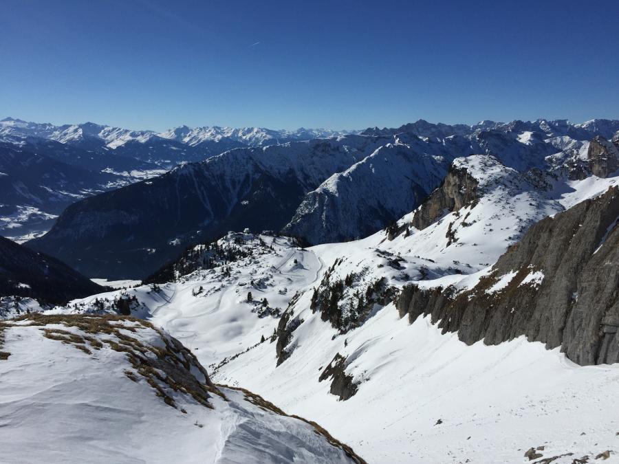 Tiefblick von der Seekarspitze zum Skigebiet Rofan