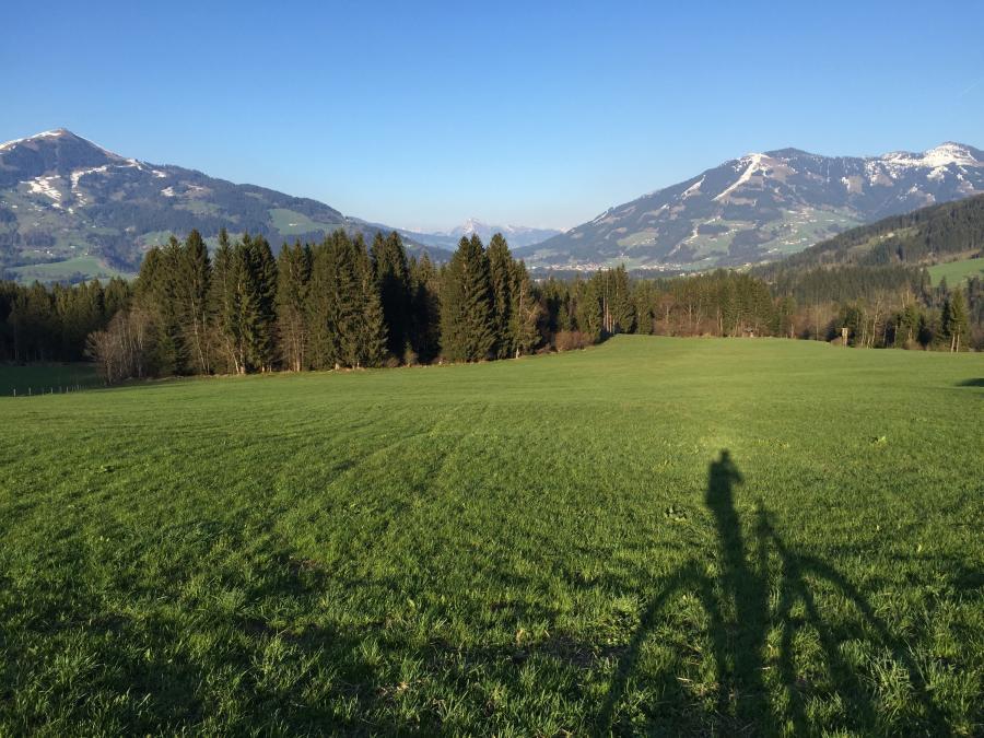 Blick vom Penningberg in das Brixental - links die Hohe Salve - rechts das Skigebiet von Westendorf