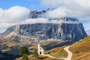 Kirchlein der Alpini mit Langkofel im Hintergrund