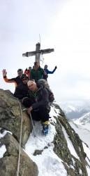 obligatorisches Gipfelfoto auf der Dreiländerspitze - nicht viel Platz hier heroben