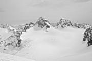 Tiefblick vom Silvrettahorn zum großen Gletscherplateau mit Piz Buin