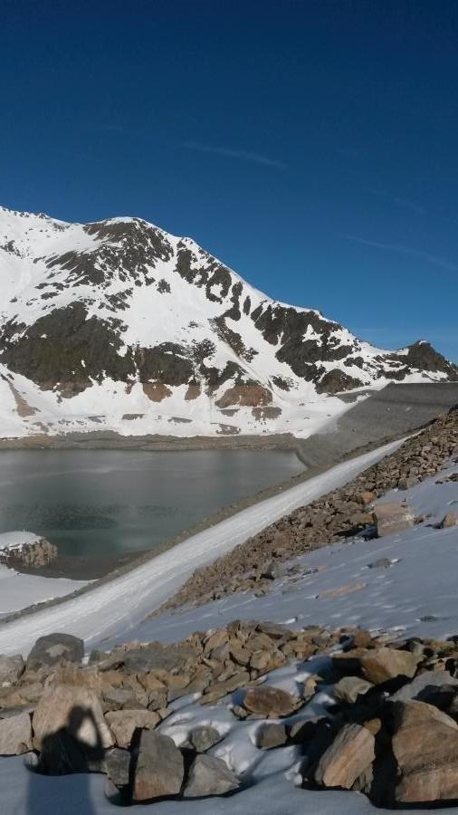 Blick zurück zur Staumauer - seeeeeeehr wenig Wasser im See!!!